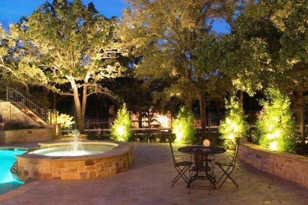 Без правильного освещения даже самый красивый ландшафтный дизайн с наступлением темноты потеряет свою привлекательность. Освещение для сада бывает функциональным, охранным, архитектурным и декоративны...