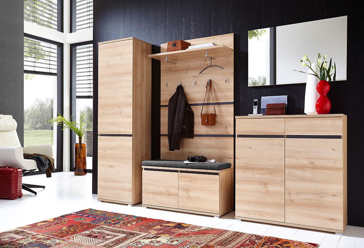 Шкаф в интерьере прихожей должен отличаться универсальностью.