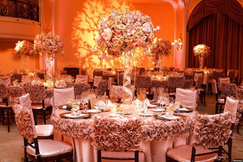 Украшение свадебной церемонии шариками и плакатами осталось в прошлом веке, сейчас принято дополнять интерьер при помощи цветочных композиций, световых решений и тканевых драпов.