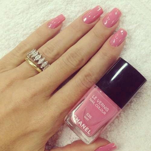 Розовый маникюр- ногти девушки напоминают лепестки розы..