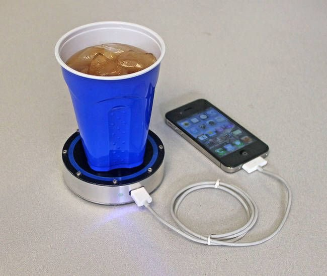 этой инновационной зарядкой вы сможете подзарядить свой телефон, просто поставив на её поверхность холодный или горячий напиток.