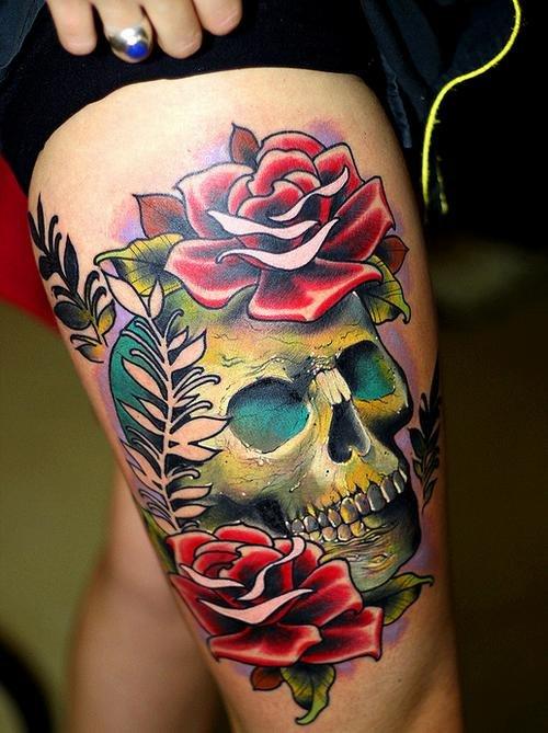 Фото татуировки на бедре — зеленый череп и красные розы. Татуировки и эскизы черепа, кости, скелет.