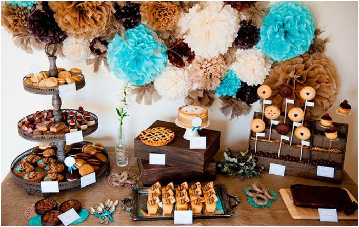 На свадьбе стиля рустик обязательно должен присутствовать сладкий стол, напоминающий о детстве. Там будут представлены разные виды варенья, сладкий мед, шоколад, кексики или торты, кусочки фруктовых пирогов. К джемам, вареньям, меду нарежьте свежевыпеченный хлеб, приготовленный за день или в день свадьбы.