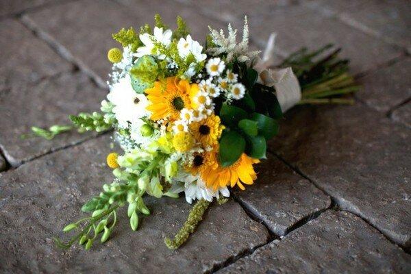 Отличным вариантом для лета станет свадебный букет из полевых цветов, который можно собрать самостоятельно.