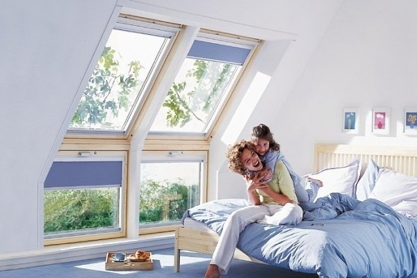 комната в голубых тонах с мансардным окном
