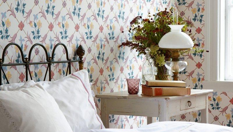 Оригинальный принт с цветами с светлой женской спальне