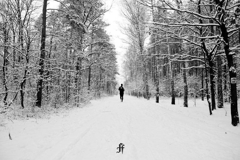 Для многих людей, занимающихся бегом, наступление зимы — вполне объективная причина прекратить тренировки или, на худой конец, перенести их в помещение. Тем не менее бегать в холодную погоду тоже можно.