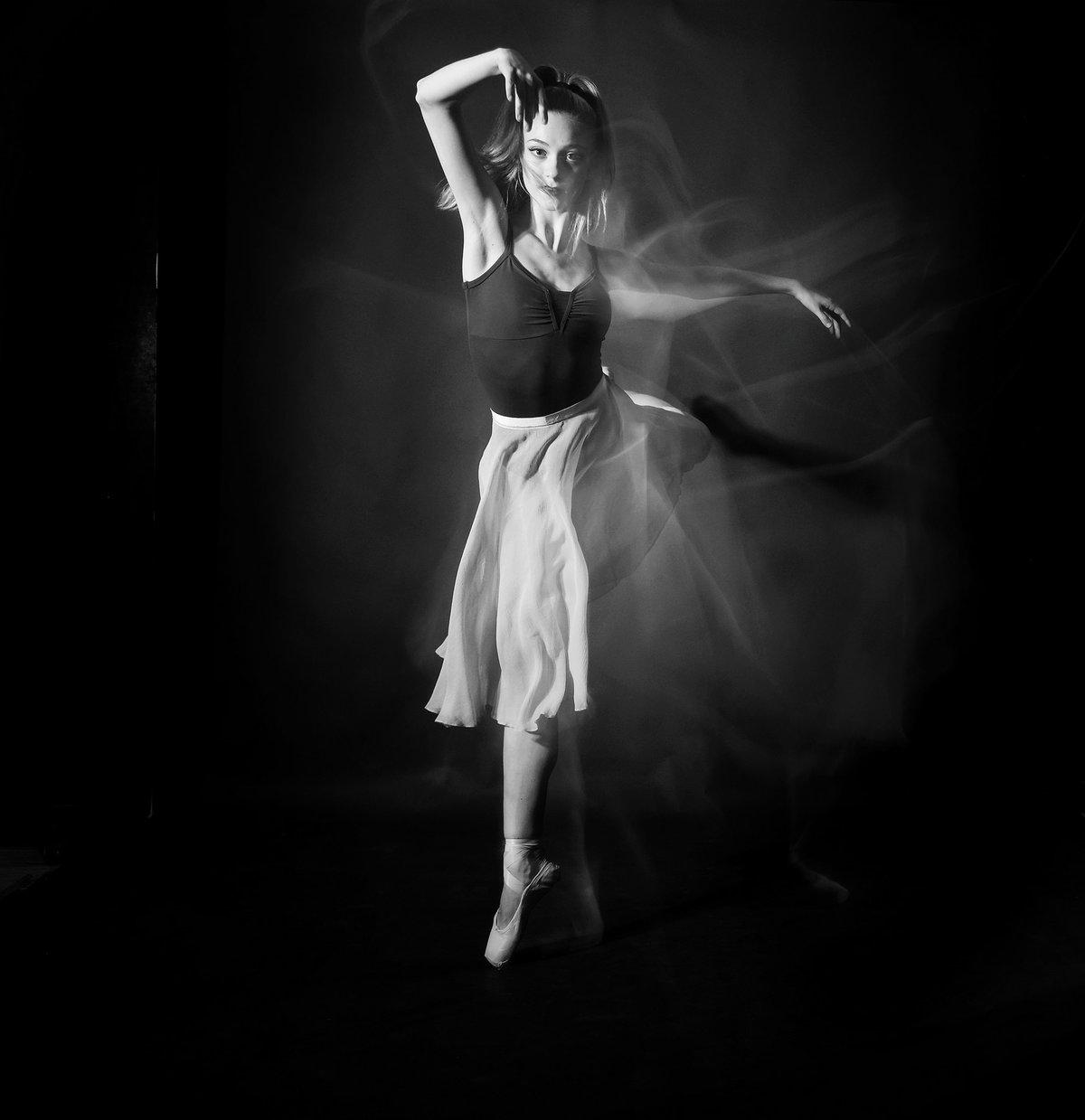 Девушка танцует картинка черно белая