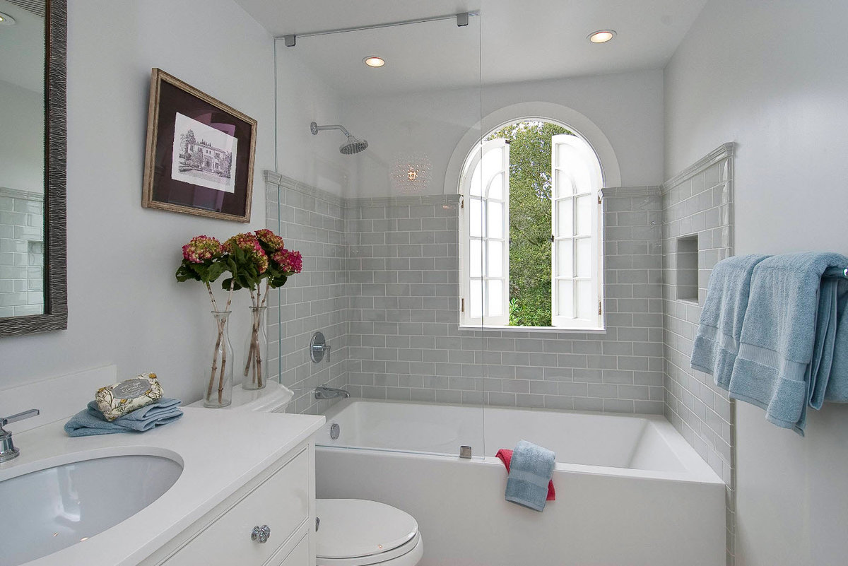 Пример ванной комнаты в светлых тонах.