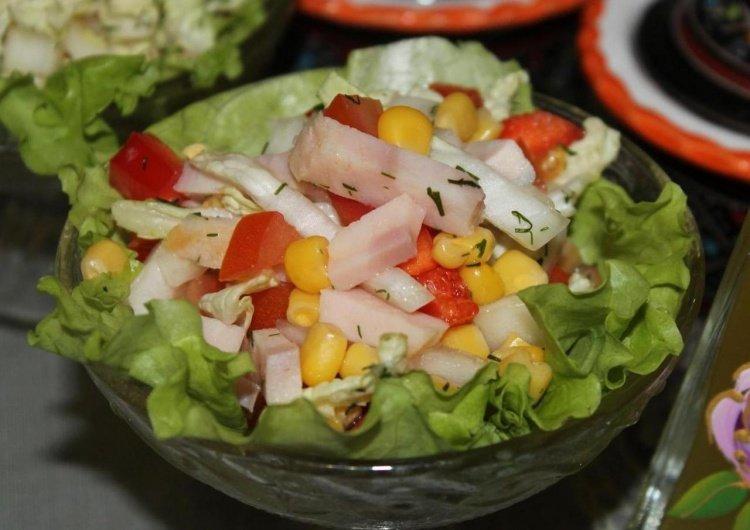 салат из пекинской капусты с кукурузой и ветчиной
