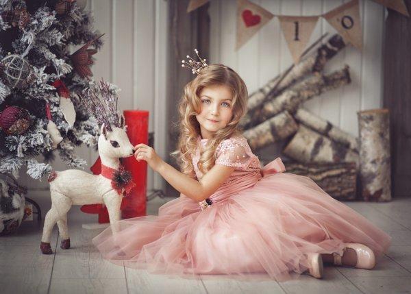 Новогодняя фотография принцессы с олененком. Фотограф Анна Квятек.