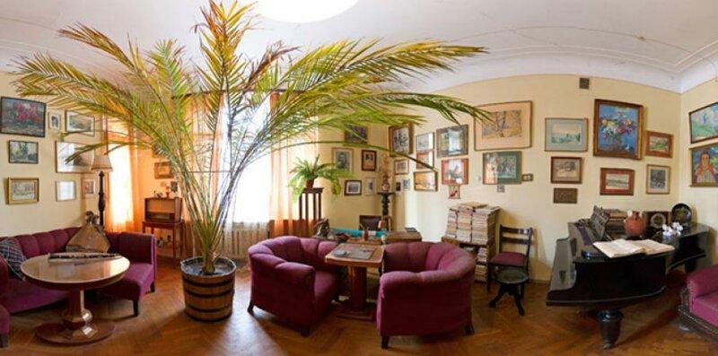 Использование огромного  растения пор центру гостиной