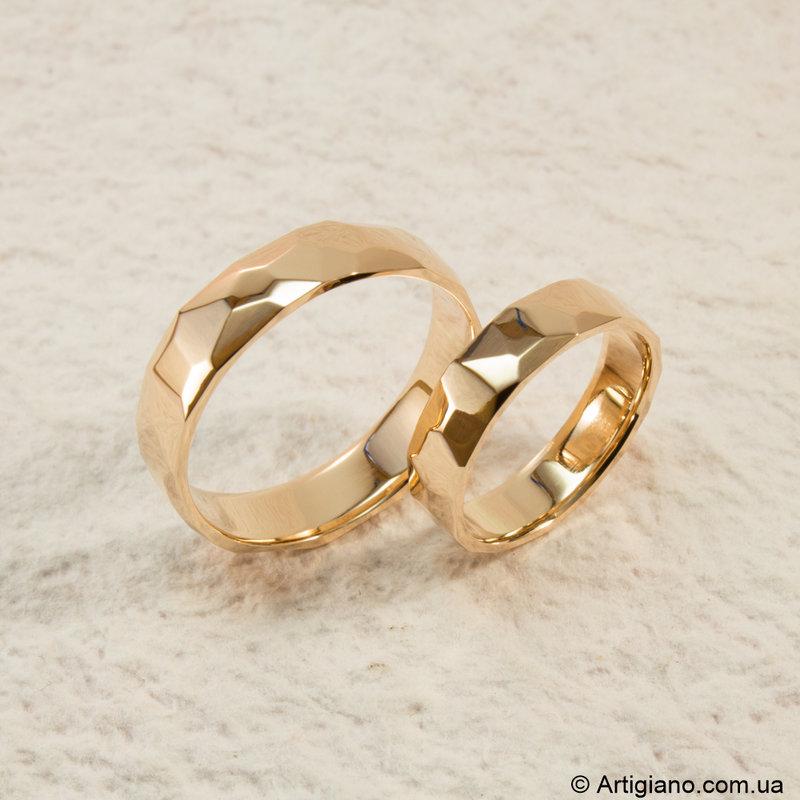 Кованые обручальные кольца с глянцевой поверхностью.