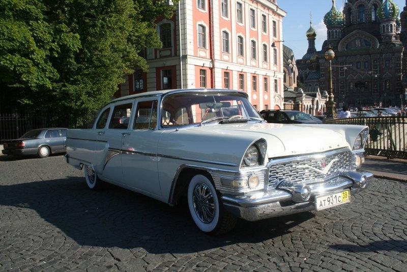 Белый лимузин Чайка ГАЗ 13