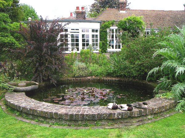 приподнятый водоем в саду