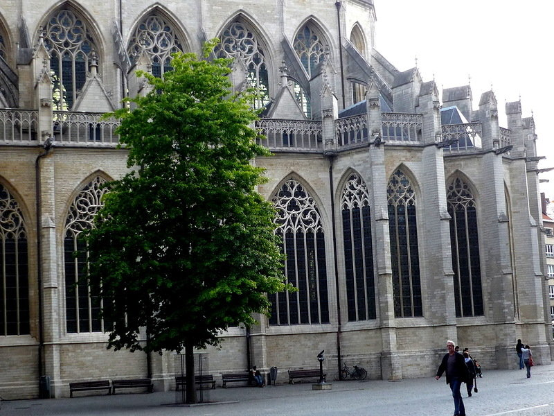 В плане храм представляет собой латинский крест. Восточная часть представляет венец из семи капелл, между двумя центральными капеллам в 16 веке была пристроена капелла блаженной Маргрит, которая особо почитается в Лёвене.
