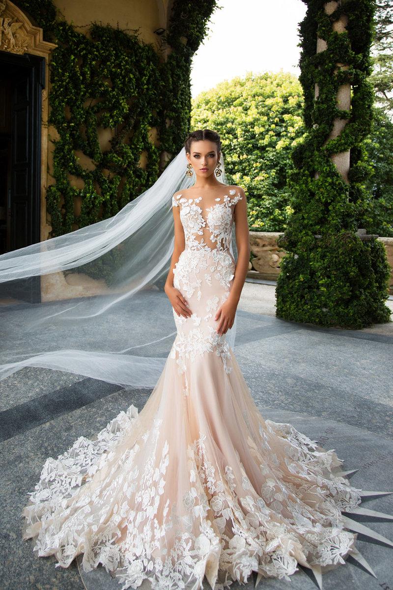 Цветы – что может быть прекрасней? Только платья, украшенные цветами с эффектом кружева на теле. Сейчас они на пике популярности, особенно в 3D-исполнении. Кружевные цветы придают образу невесты романтичности, нежности и привлекательности.