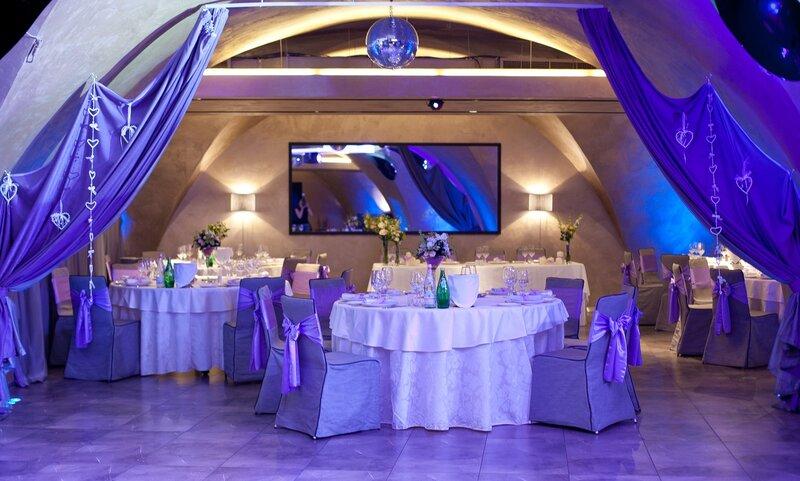 Несложные приемы и оригинальные советы по оформлению зала для свадебного торжества своими руками.