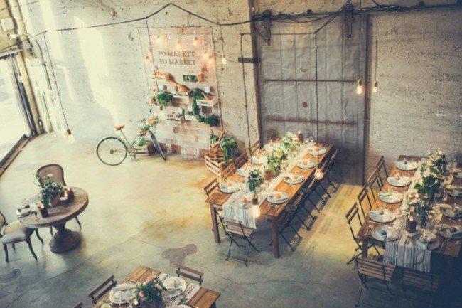 Лофт — просторное помещение с универсальным дизайном. А это значит, что в одном пространстве можно уместить все необходимые свадебные локации, а выбор стилей и концепций свадьбы будет широким. Лофт – поле для любых креативных идей: если вы стремитесь к оригинальности, это именно то, что вам нужно!