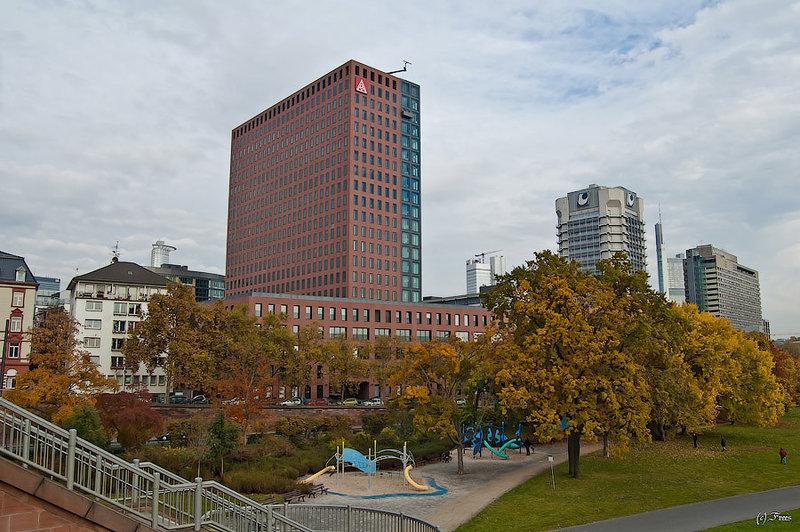 Франкфуртский даунтаун - красное здание - Mainforum - высота 80 метров, 22 этажа, посроен в 1976 году. Следующее за ним здание Union Investments - 19ти этажное здание построенное в 1997м.