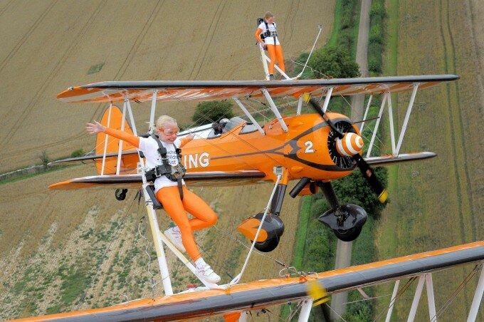Роуз Пауэлл и Флейм Брюэр Сестры из Великобритании стали самыми юными в мире винг-вокерами, продемонстрировав авиационный трюк восхищенным зрителям.