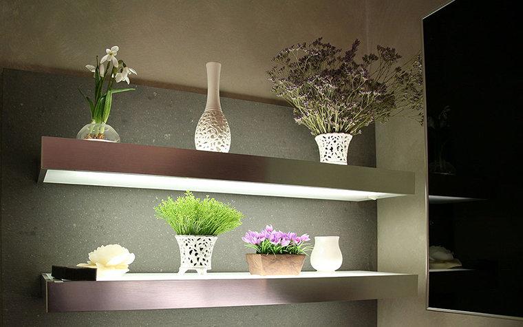 Цветы в интерьере квартиры нуждаются в свете. Решить эту задачу можно с помощью автономных источников искусственного света, вмонтированных в ниши или предметы мебели. При грамотном сочетании таким образом можно декорировать полки с цветами и вписать их в общее интерьерное решение.