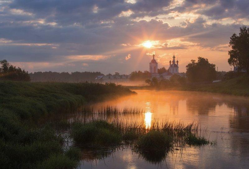 Рассвет за рекой над церковью