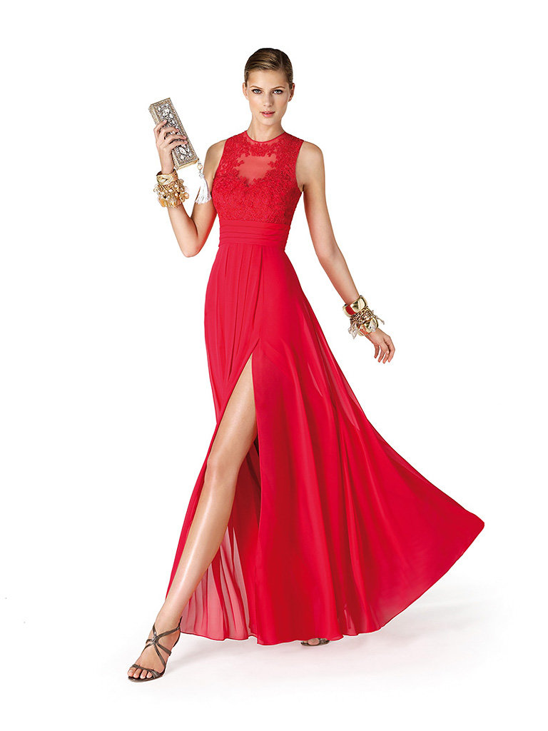 Красное платье с разрезом от бедра