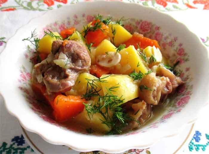 Картофель тушёный со свиной рулькой