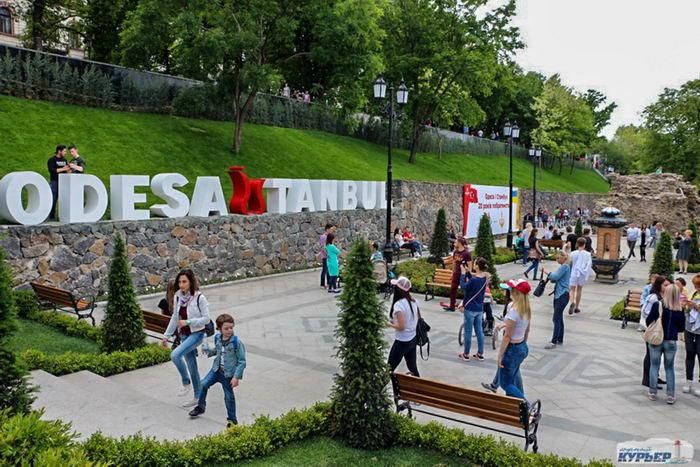 Отдыхающих много в Стамбульском парке.