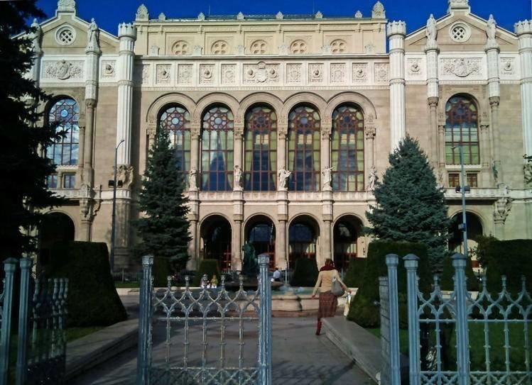Первый этаж дворца Грэшема выполнен в виде буквы «Т» и имеет арочную галерею с прозрачной крышей. В ней располагались несколько магазинов и ресторан, предлагающий попробовать изысканные венгерские блюда. За удобными столиками собирались члены «кружка Грэшема» — закрытого клуба венгерской творческой интеллигенции