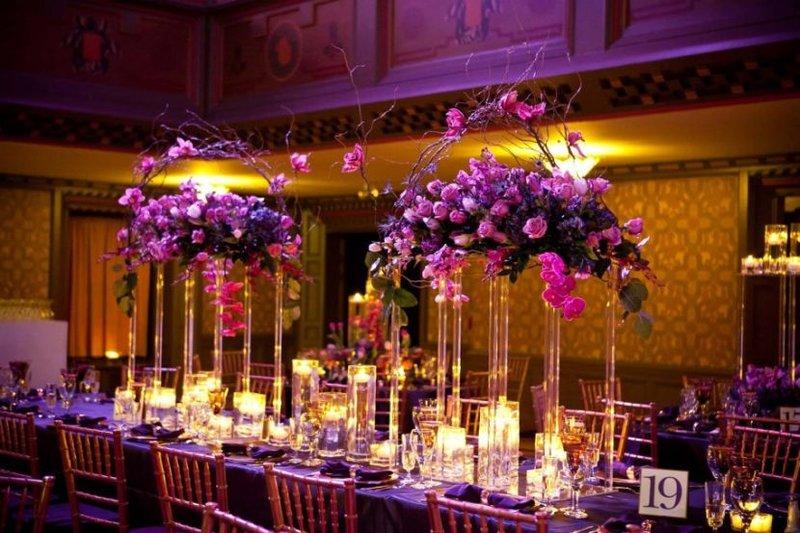 Свадебный текстиль включает в себя: скатерти на гостевые столы, различные юбки, чехлы и накидки на стулья, гостевые салфетки, различные подушечки и т.д.