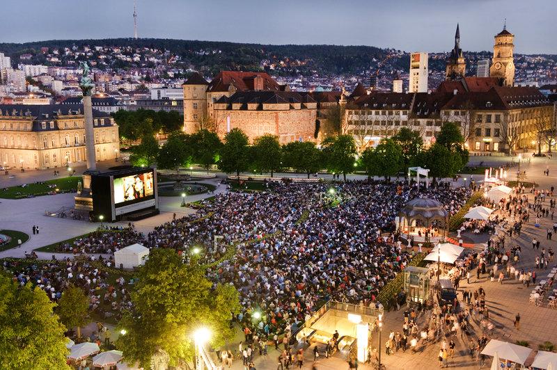 большой экран на площади в Штутгарте