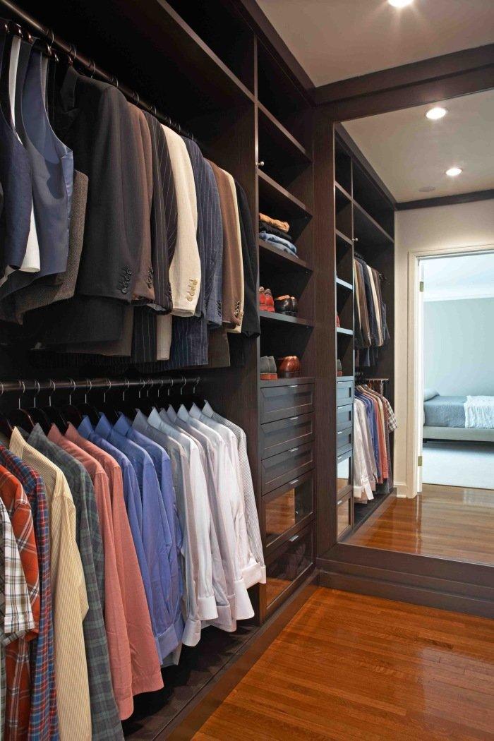 Применение зеркал в отделке гардероба позволит зрительно уве.