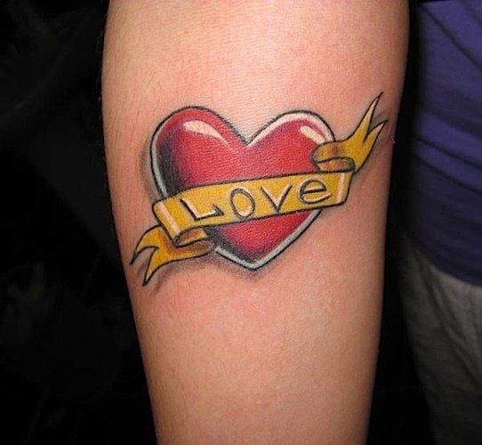 тату красное сердце с подписью