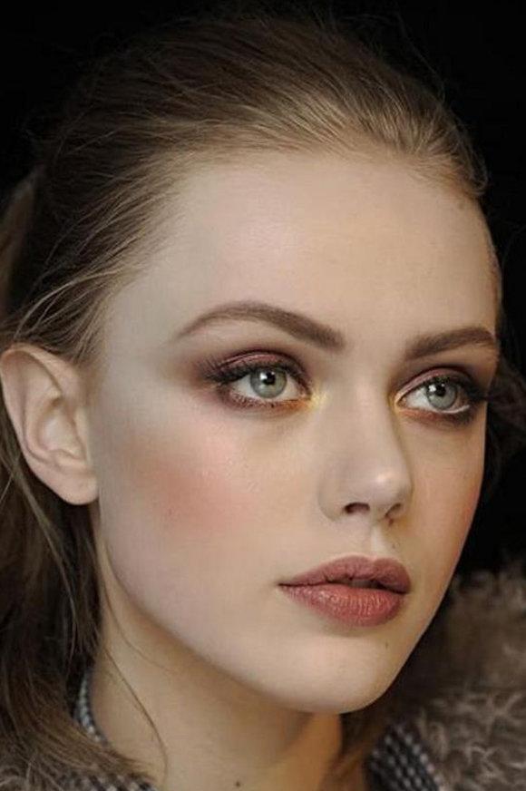 Одно из важных правил макияжа в случае с голубыми глазами и русыми волосами – избегать смешения холодных и теплых оттенков в образе.