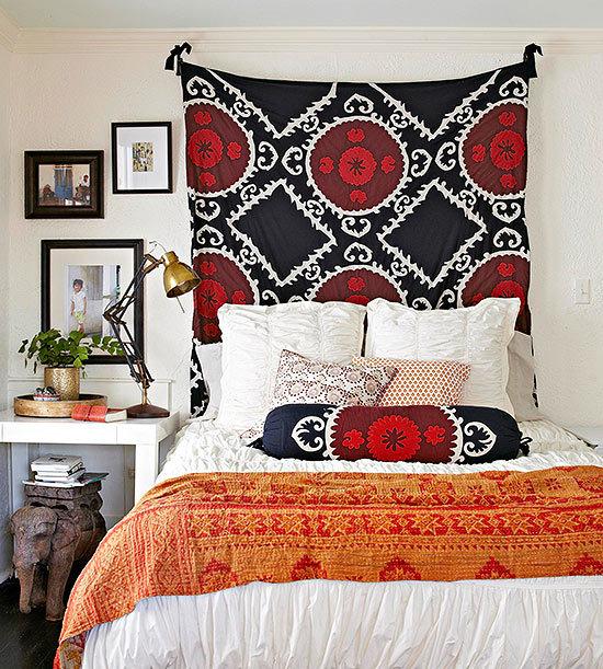 Спальня с восточным текстилем в декоре кровати