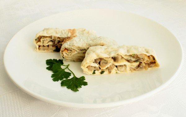 Вкусная осенняя закуска с начинкой из лесных грибов. Готовый лаваш можно смазать сметаной и запечь до золотистой корочки в духовке.
