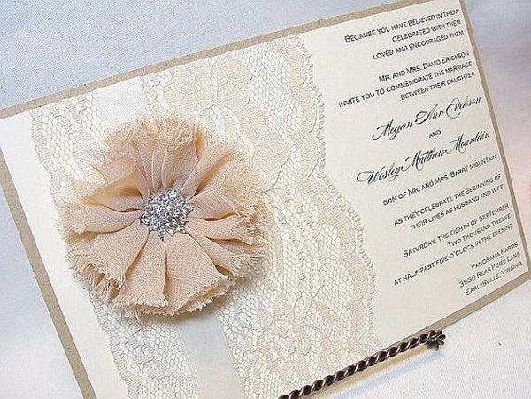 приглашение украшено красивым цветком из ткани