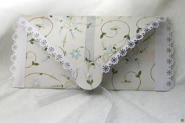 Оригинальное приглашение на свадьбу можно вложить в нарядный конверт авторского дизайна. Для их создания понадобится красочная бумага, ткань, кусочки кружев, ленточек и других материалов. Дальше – как подскажет фантазия! Когда конверт готов, вкладываем в него листок с текстом свадебного приглашения. Как вариант – распечатанный на красивой бумаге текст складываем в виде конверта, который закрепляем декоративной застежкой или лентой.