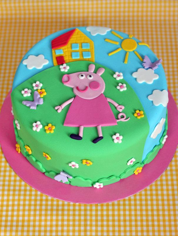Буквы на торте были сделаны с помощью формочек.