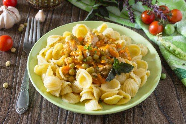 Чаще всего фрикасе готовят из птицы. Классическим гарниром для этого блюда выступают макароны, рис или картофель.