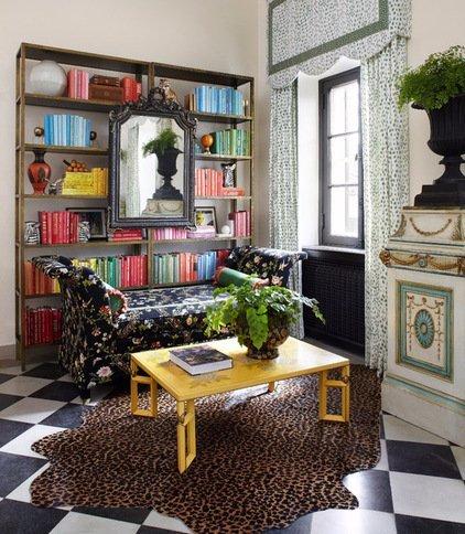 Идеальный черный диван с цветочным принтом в стильной гостиной