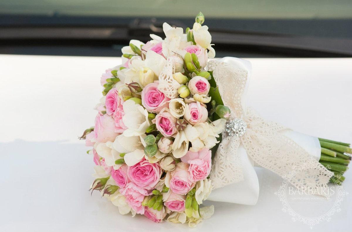 Букет фрезии и кустовой розы