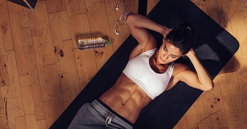 Перед началом тренировочной недели хочется подчеркнуть важность самого пресса. Не случайно эта мышца находится посередине, она и есть центральной, именно вокруг нее образуется мышечный корсет, который в свою очередь помогает держать спину прямо, переносить тяжести, является поддержкой для всего тела. Некоторые атлеты пренебрегают этой зоной и вспоминают о ней только после получения травмы. Мы не будем повторять их ошибок. Самые эффективные, проверенные годами упражнения на пресс уберегут вас от многих болезней и растяжений, поддерживая правильное внутрибрюшное давление и оберегая от вероятности междисковых грыж. Да и «кубики» смотрятся просто сногсшибательно.