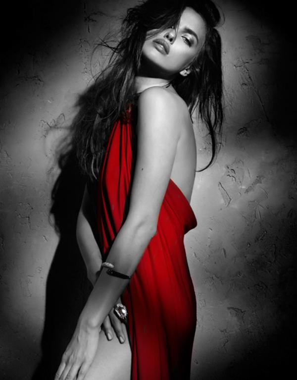 фотосессия в черно белом стиле с красным украшение стене