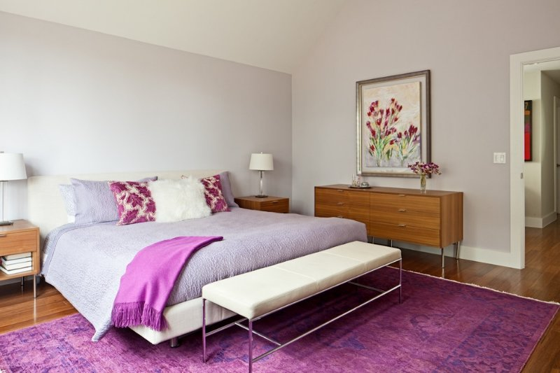 Яркий текстиль в интерьере маленькой спальни. Ярко и свежо.