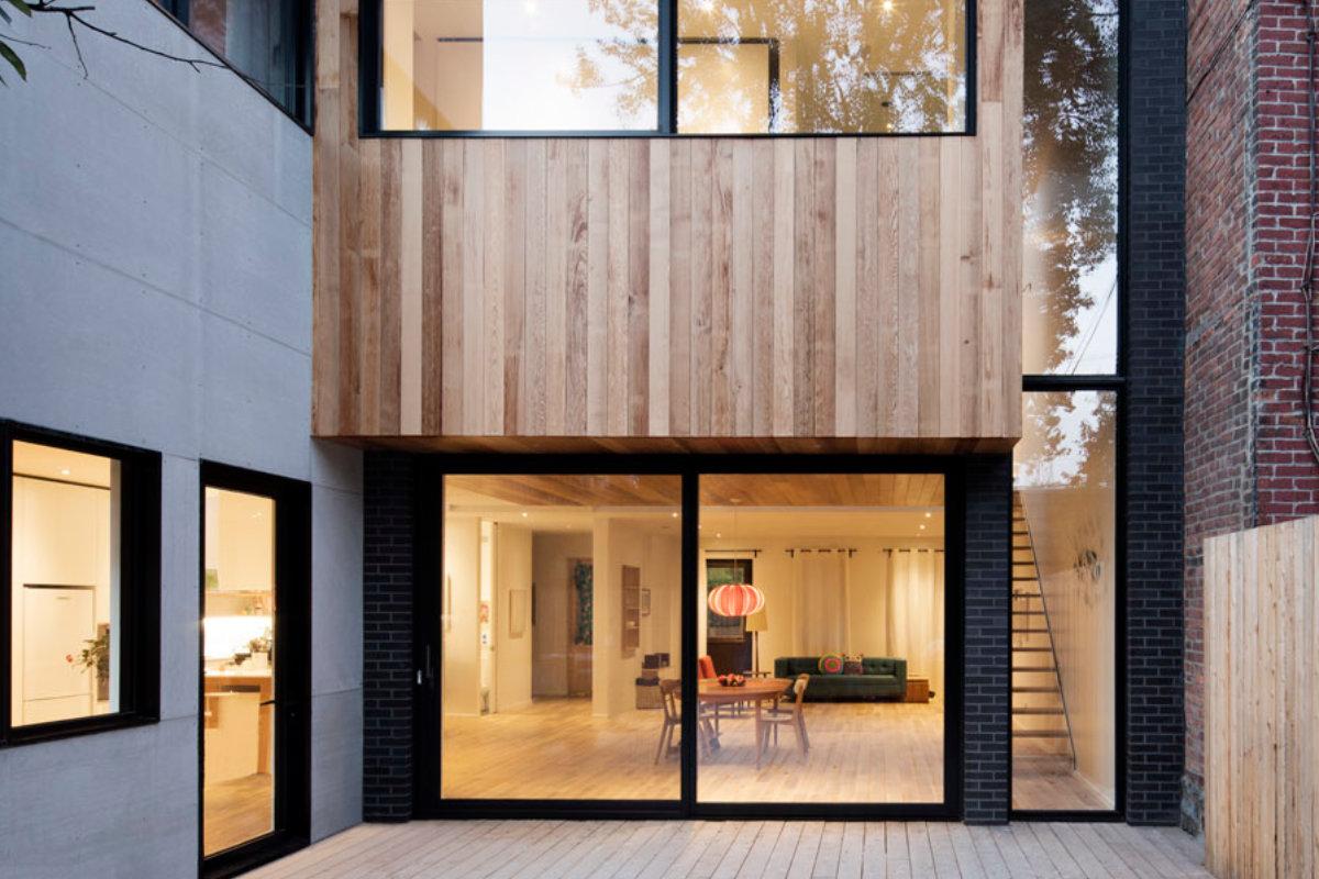 Kijk binnen in deze renovatie met minimalistisch interieur. ontdek