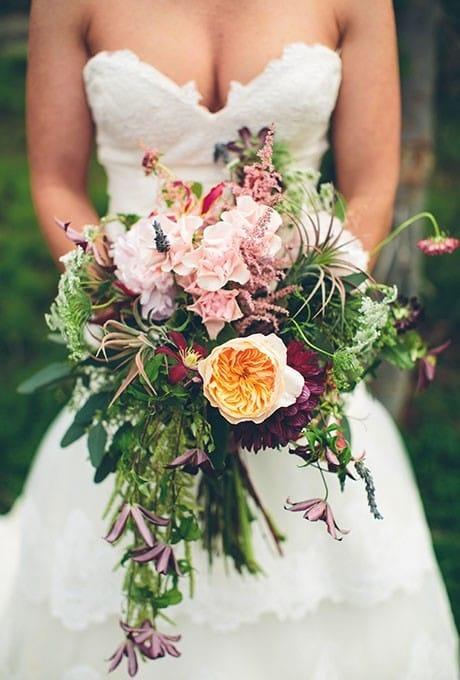 Букет с летними цветами, включая полевые