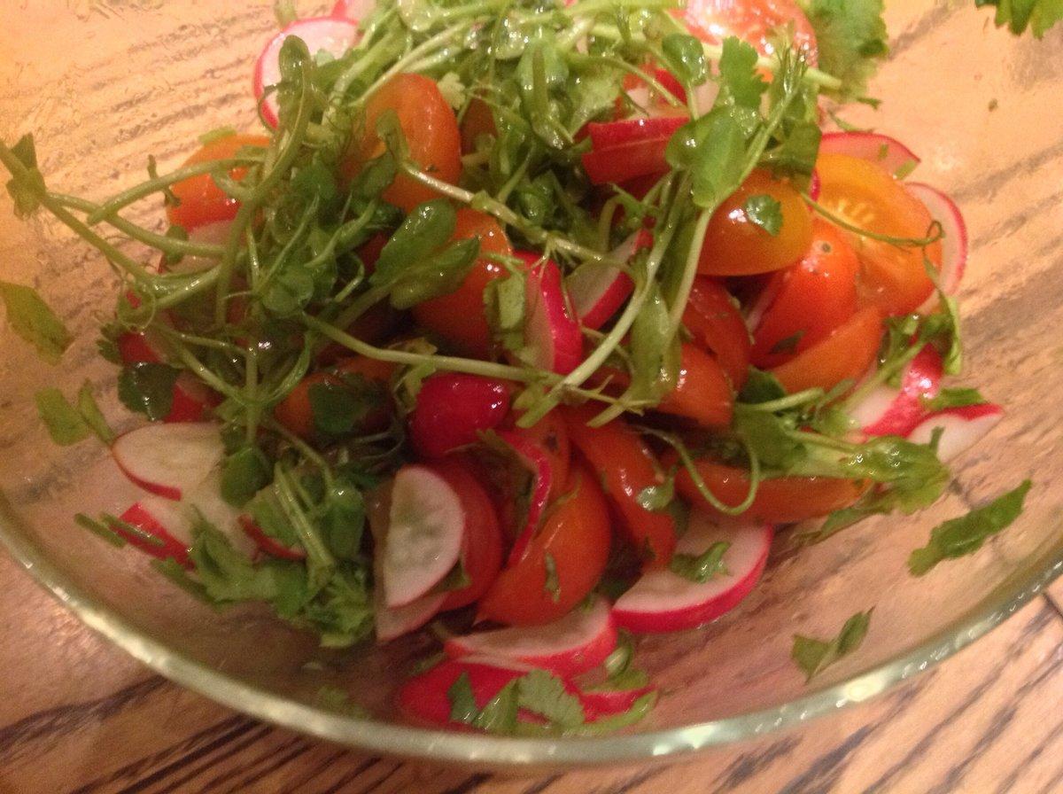 Например, салат из черри с салатным миксом, гренками и куриным филе – сытное и вкусное блюдо.